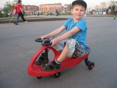 Мальчик на машинке Бибикар