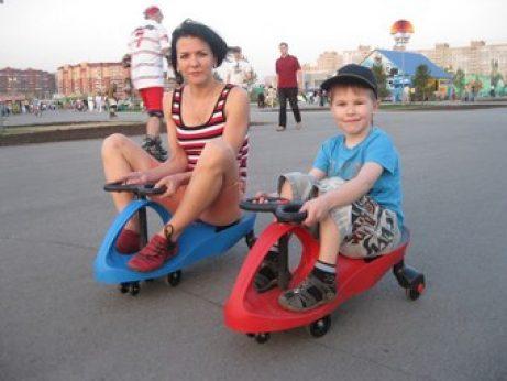 Мальчик с мамой на Бибикарах